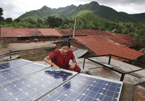 india femal-solar-engineer.jpg